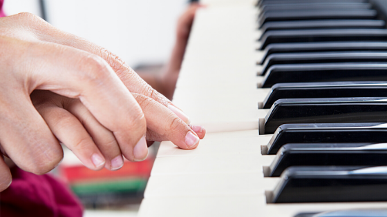 image when to start piano lessons banner